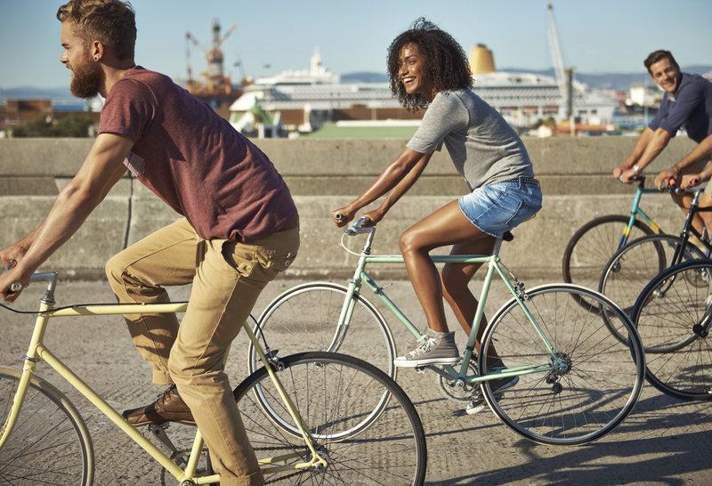 Groupe de gens qui font du vélo