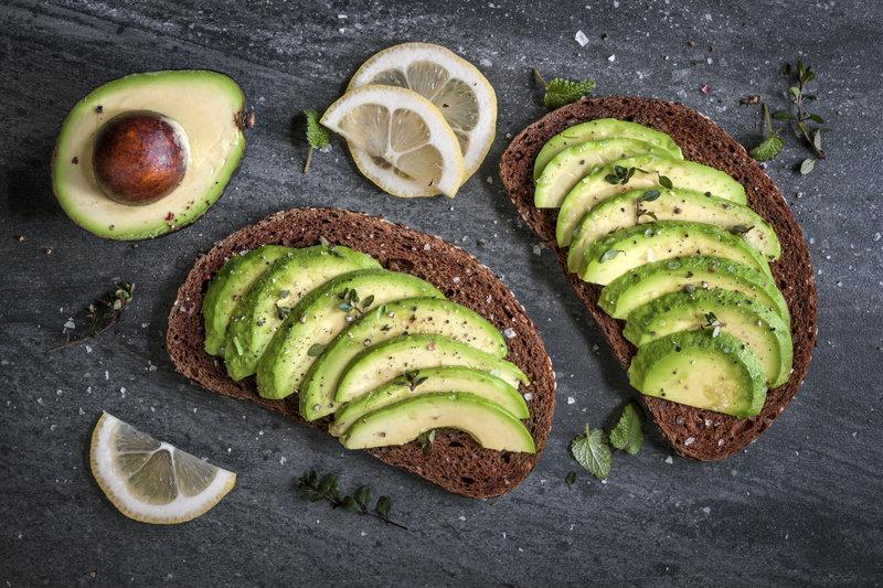 Zwei Scheiben Avocado Brot