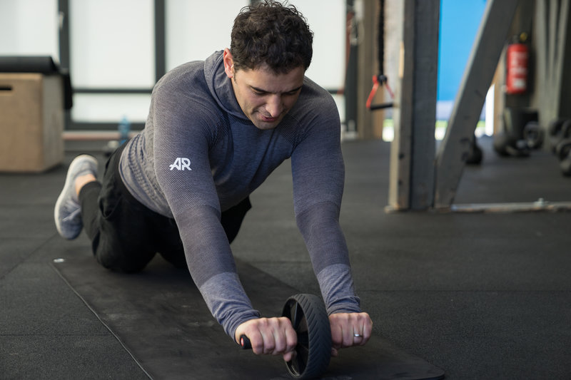 Ein Mann trainiert seine Bauchmuskeln