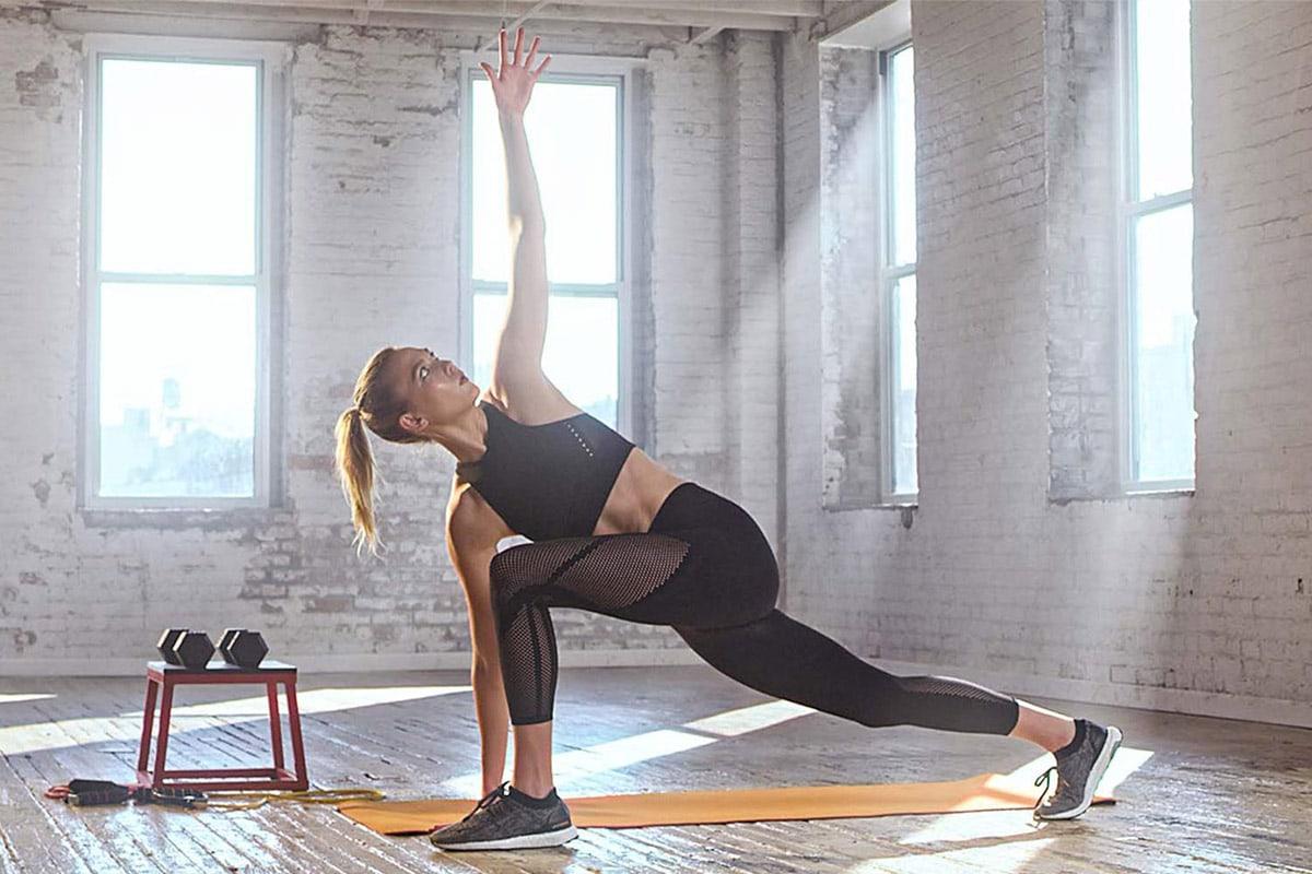 Eine junge Frau macht Yoga
