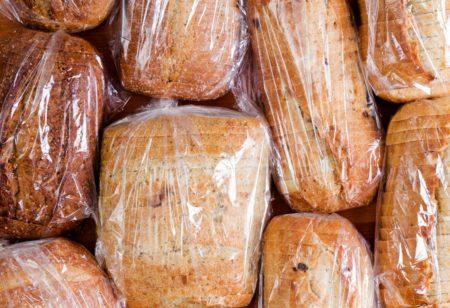 Brot in Plastik verpackt