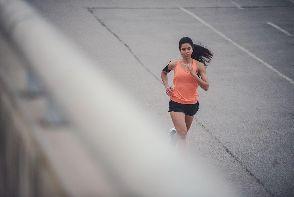 Frau läuft draussen