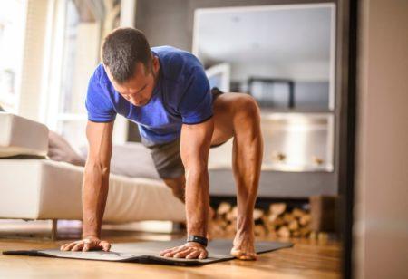 Hombre entrenando en casa