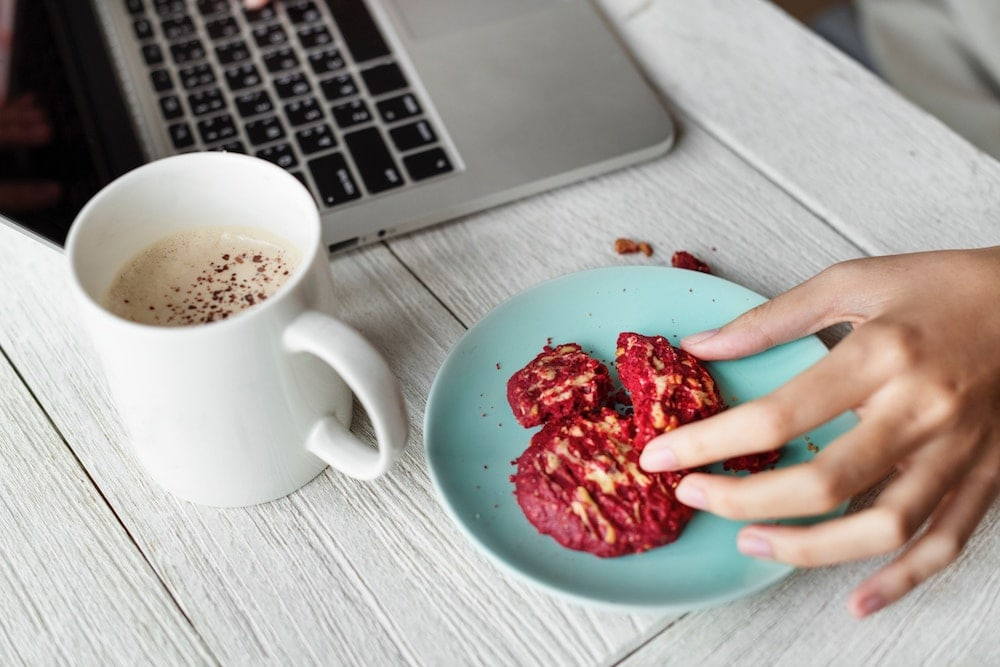 Kekse essen beim Laptop