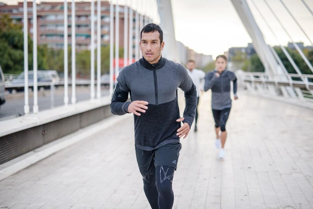 Un homme s'entraîne au footing progressif