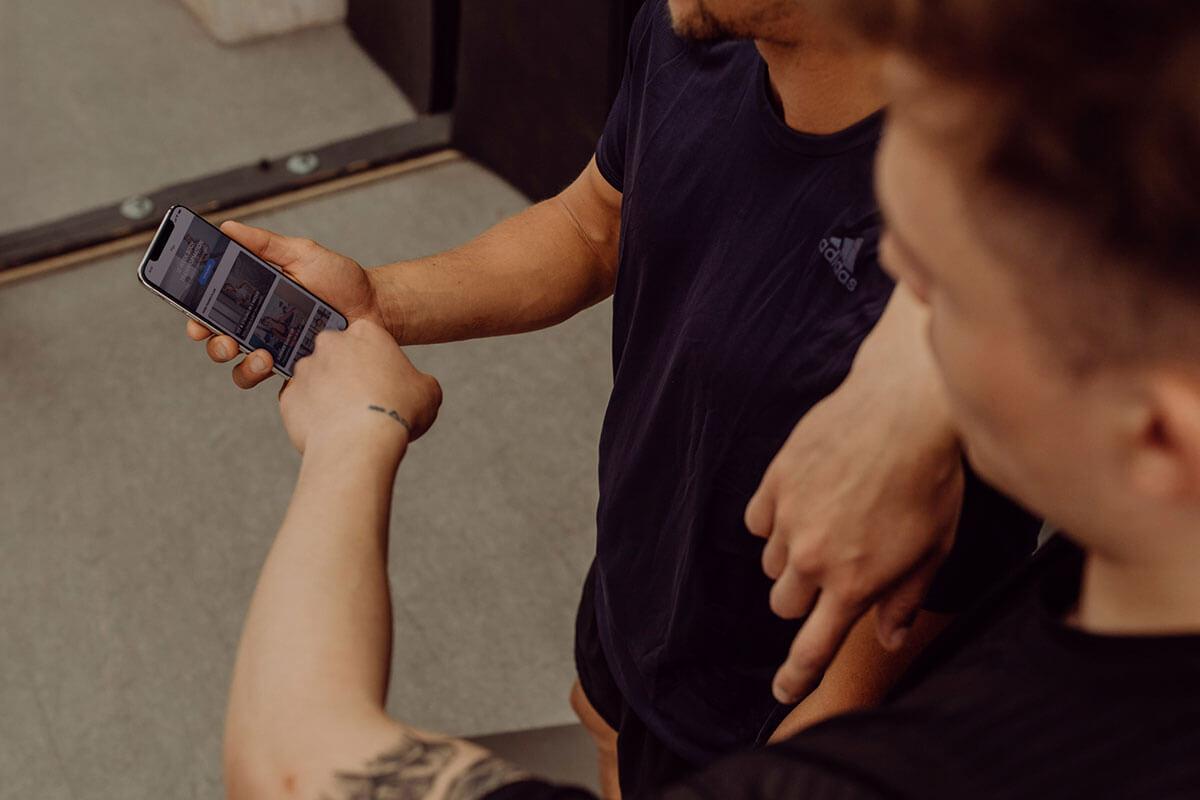2 coureurs regardant leur plan d'entraînement sur un smartphone