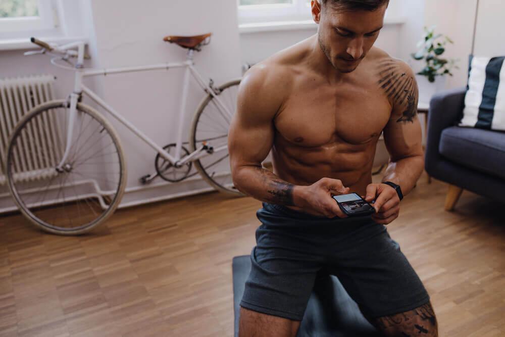 Ein Mann mit Smartphone