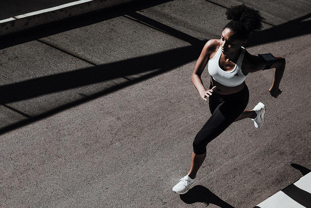 Mulher correndo na rua em alta velocidade