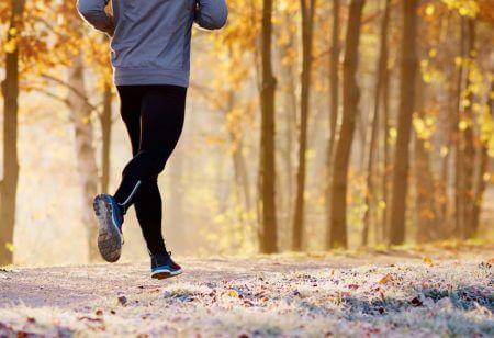 Ein Mann läuft im Winter im Wald