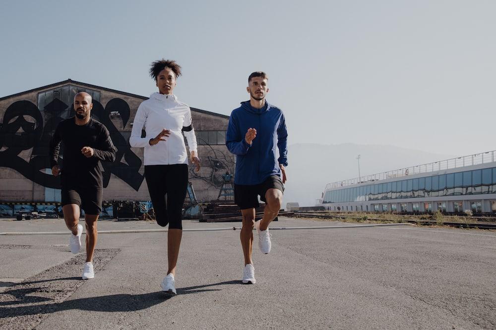 Runners calentando antes de una carrera