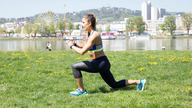 Junge Frau macht Jump Lunges im Freien.