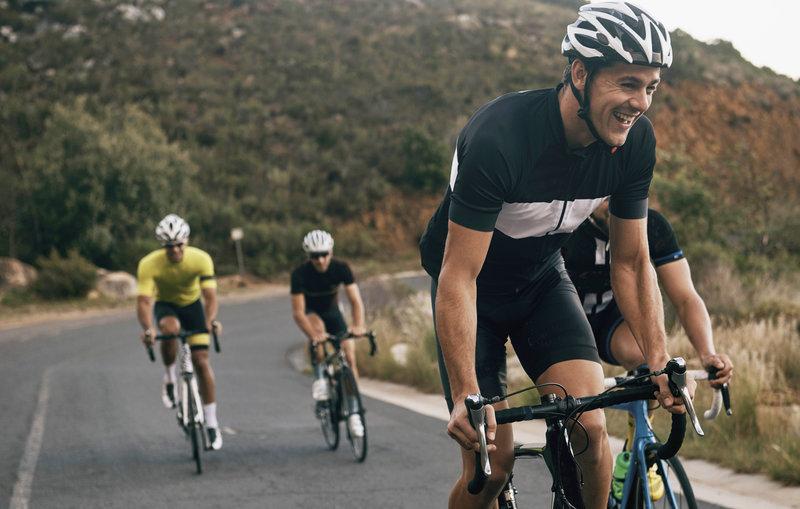 Vier Freunde bei einer gemeinsamen Radtour.