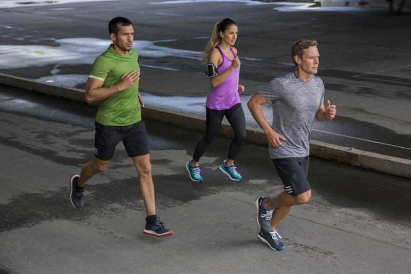 Gruppe von Freunden beim gemeinsamen Laufen in der Stadt.