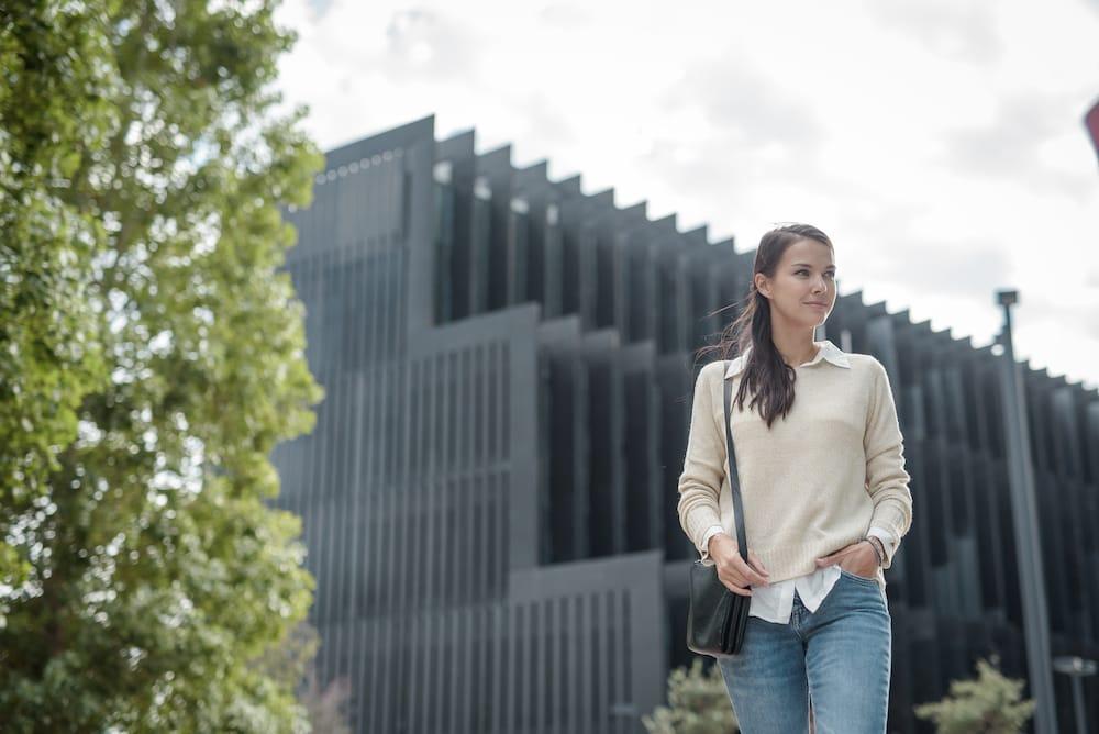 Una mujer caminando por la ciudad