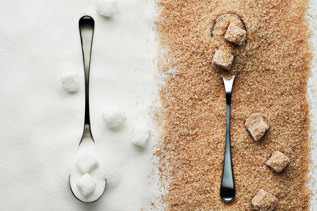 Weißer und brauner Zucker