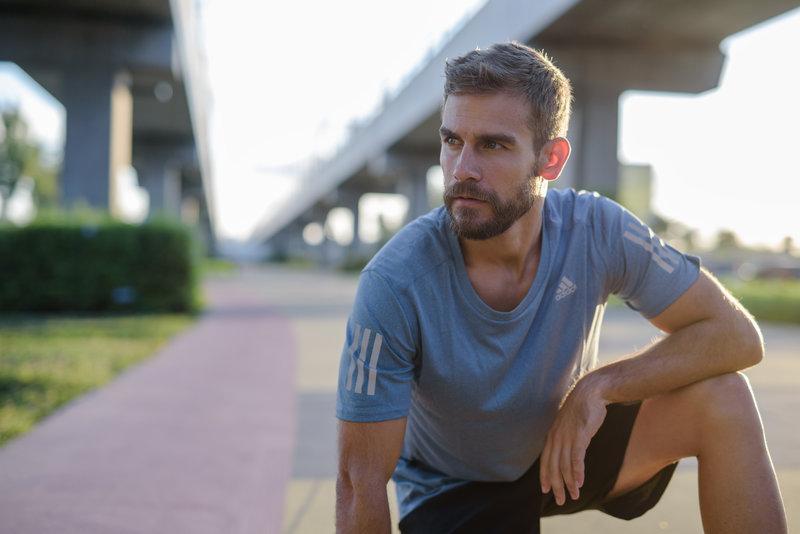 Un homme prenant une courte pause pendant sa course