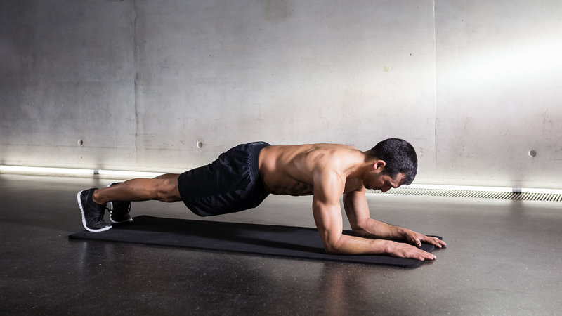 Fitnessathlete doing Low Plank