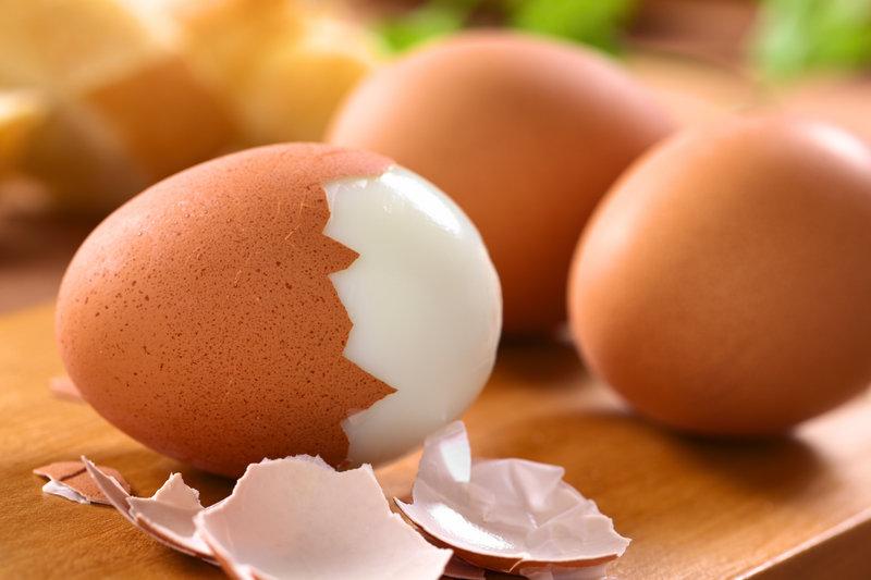 Nahaufnahme von hart gekochten Eiern.