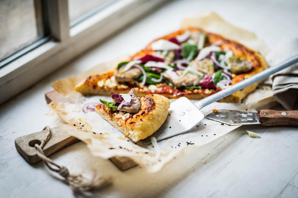 una pizza sobre una mesa