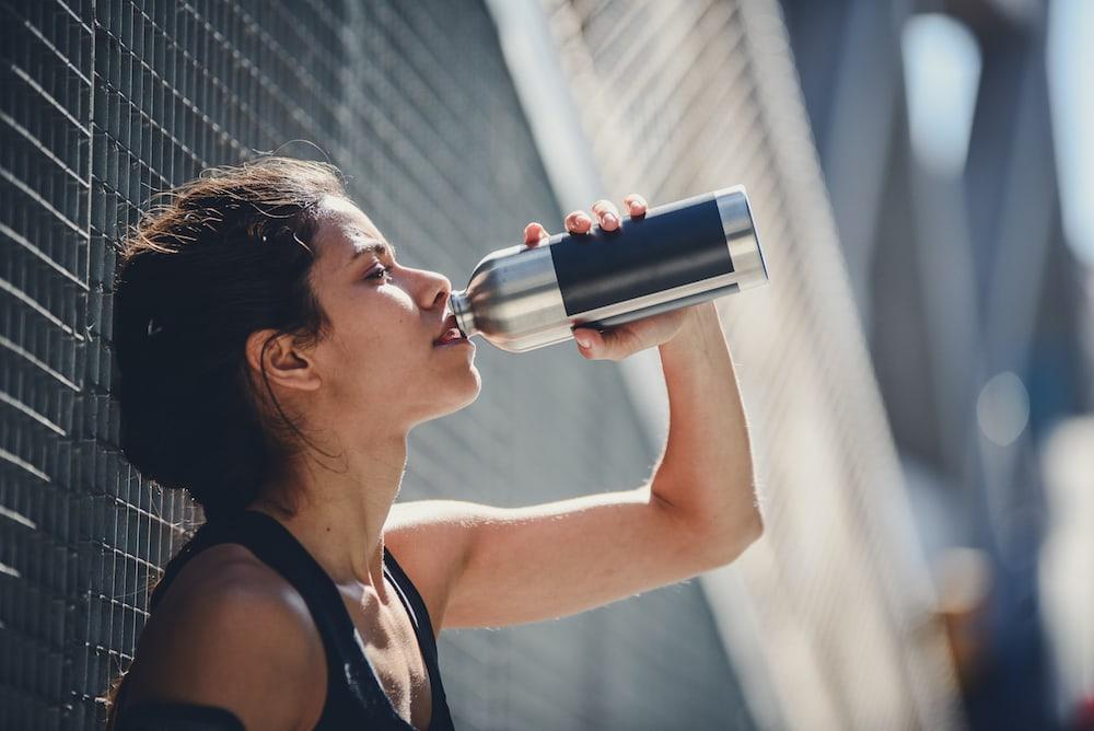 Una mujer bebiendo después de correr