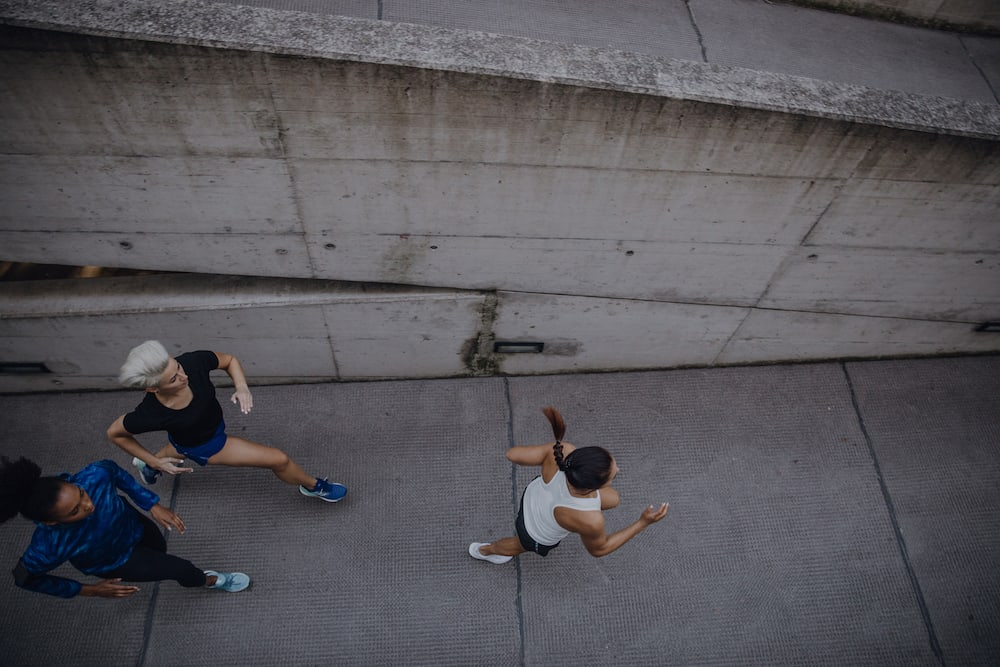 Mujeres corriendo al aire libre