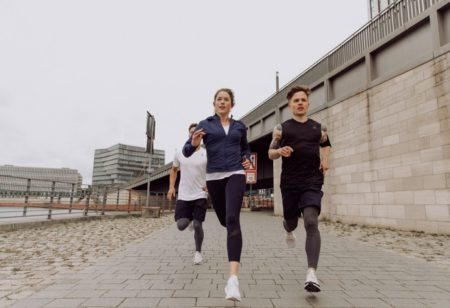Eine Gruppe junger Menschen läuft in der Stadt