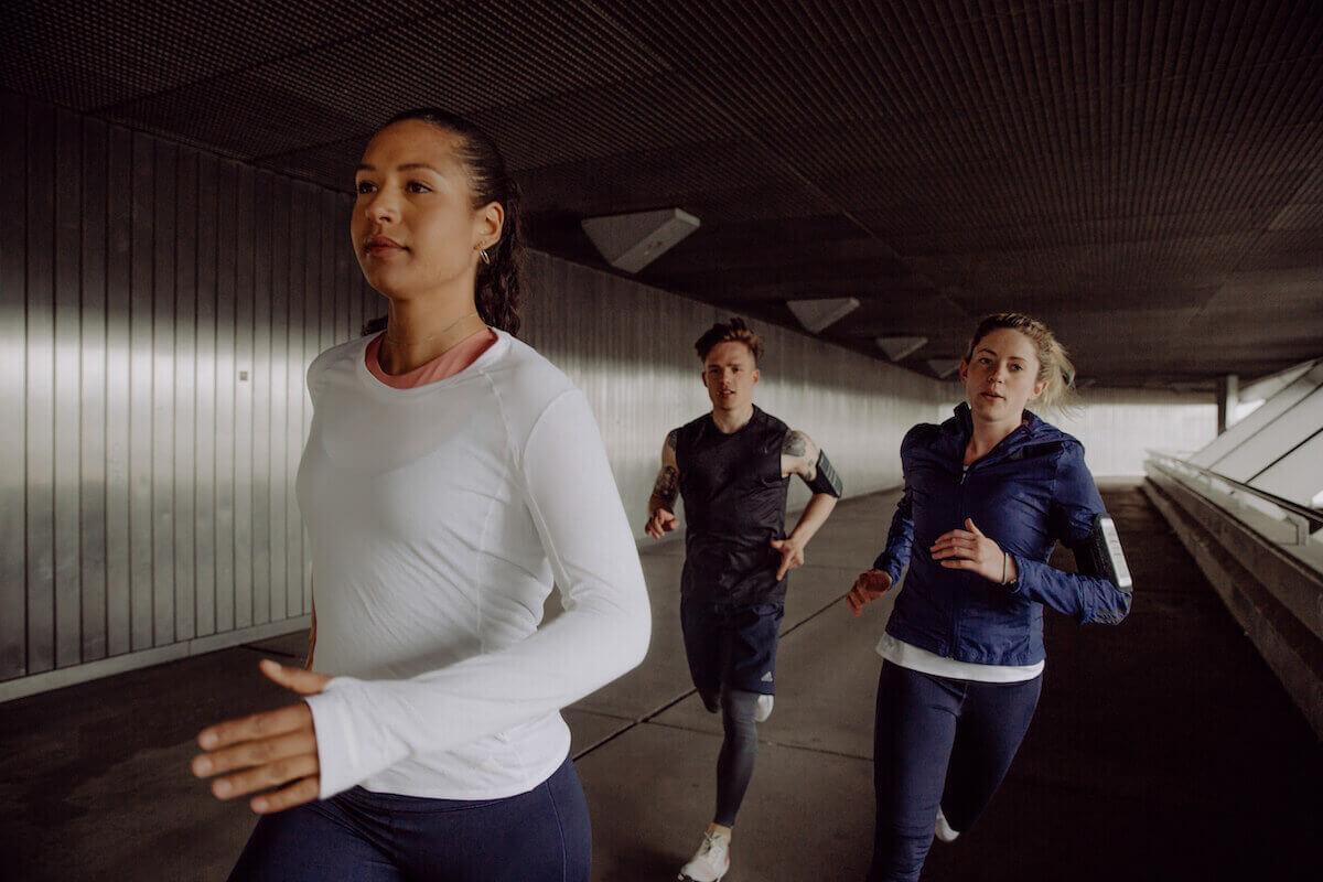 un groupe de coureurs court en ville