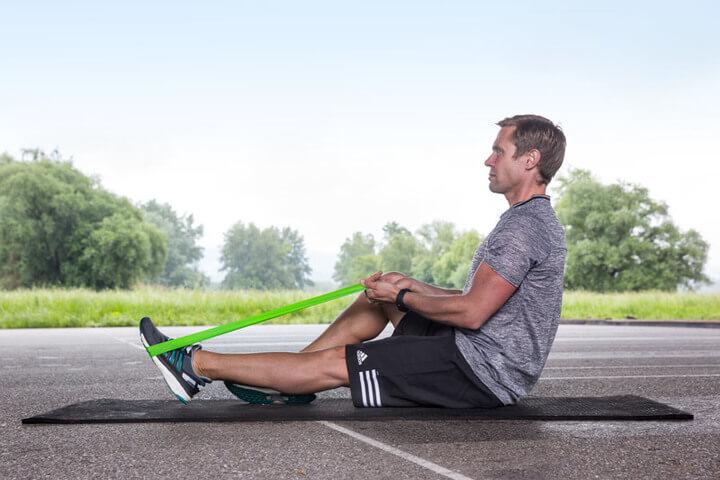 Endposition der Übung Kraft für Fuß und Unterschenkel.
