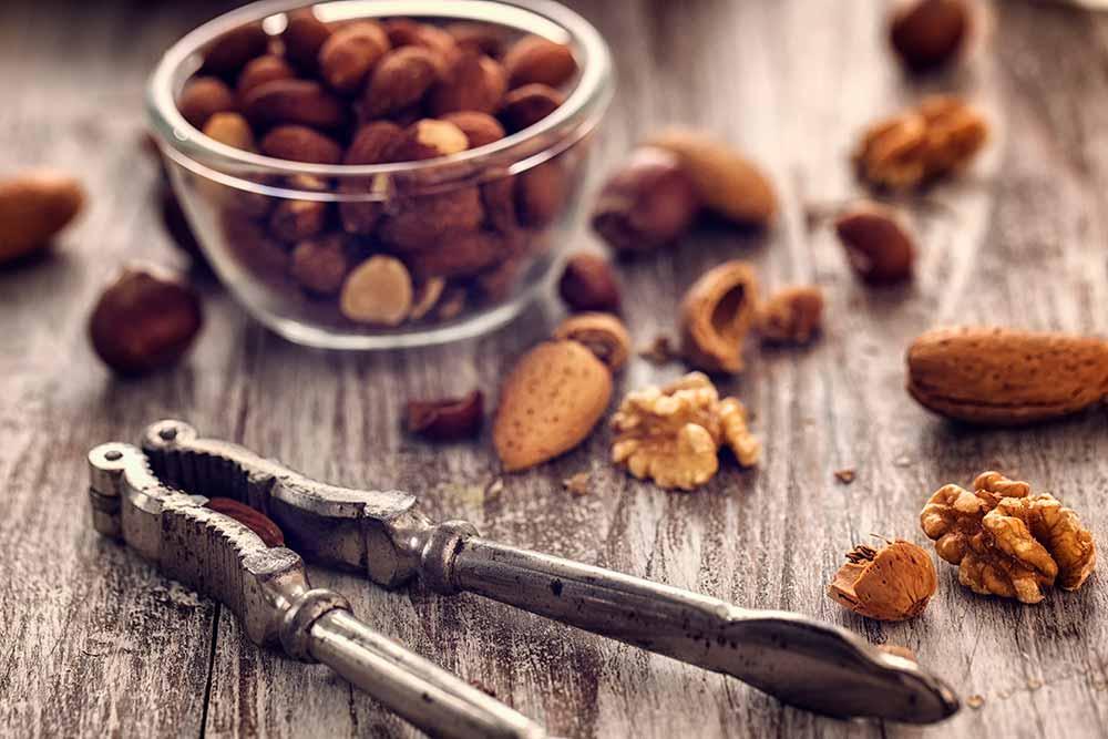 Nüsse enthalten die Aminosäure Tryptophan, aus der Serotonin gebildet wird.