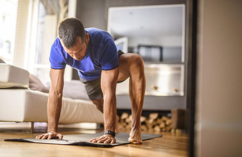 Mann macht ein Bodyweight-Training