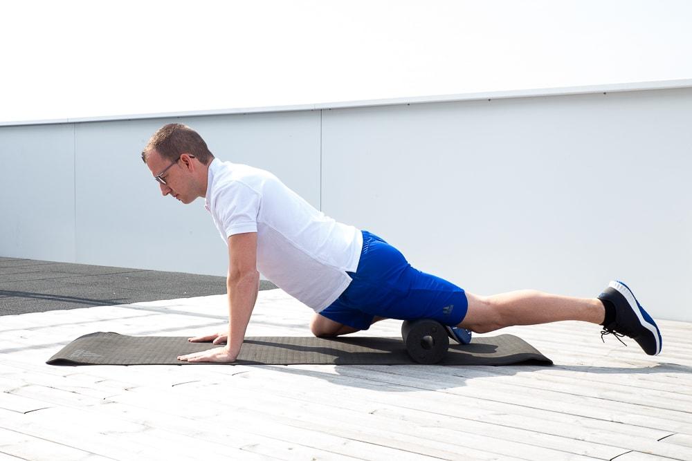 Knieschmerzen: Detonisierung der Oberschenkelvorderseite mit einer Foam Roll