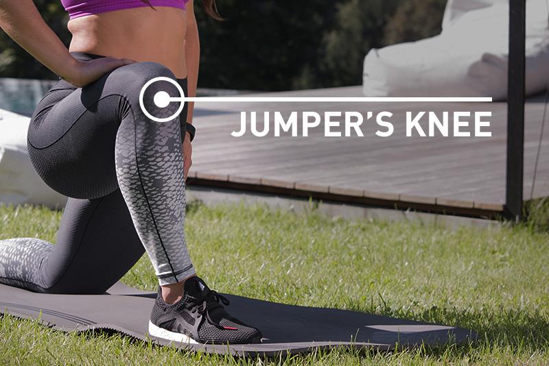 Eine junge Frau leidet am sogenannten Jumper's Knee (Springerknie).