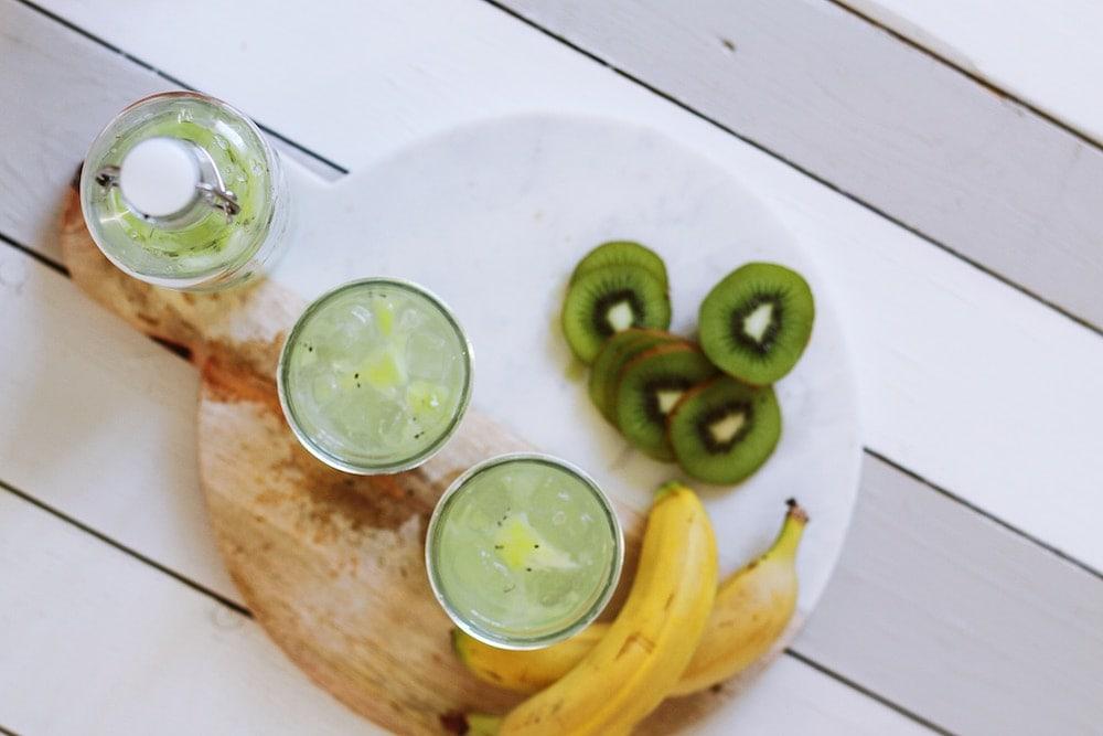 Agua, plátanos y kiwi