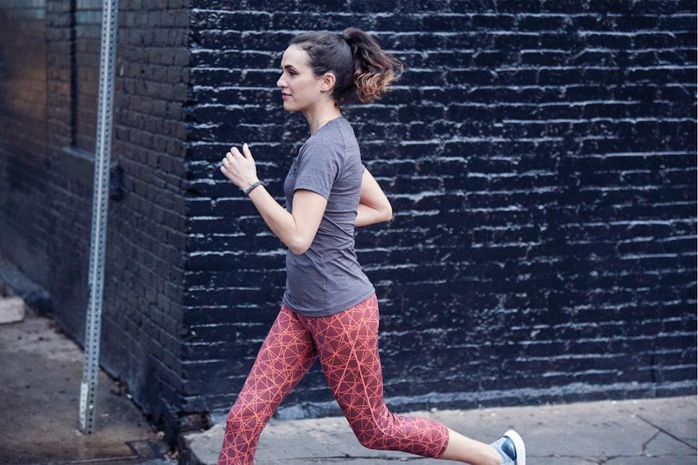 Mujer corriendo por la ciudad