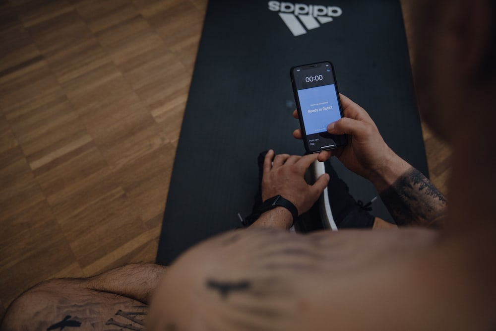 Man choosing a workout on his mobile device