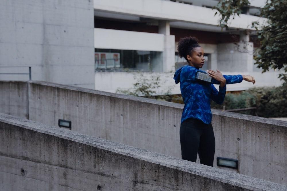 Une femme qui se prépare à courir