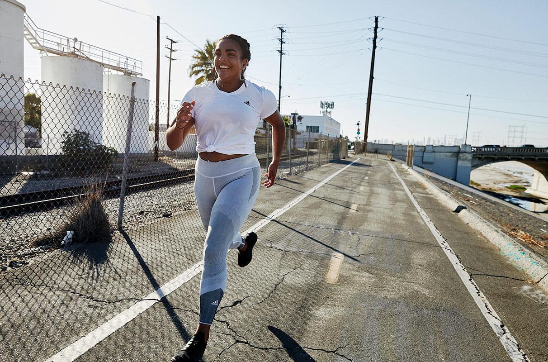 une femme motivée qui s'entraîne à la course