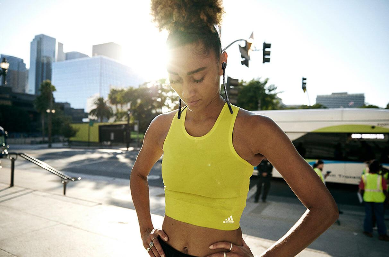 une femme fait une pause après un run