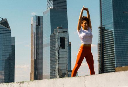 Une femme s'étire et fait des exercices de respiration après son entraînement