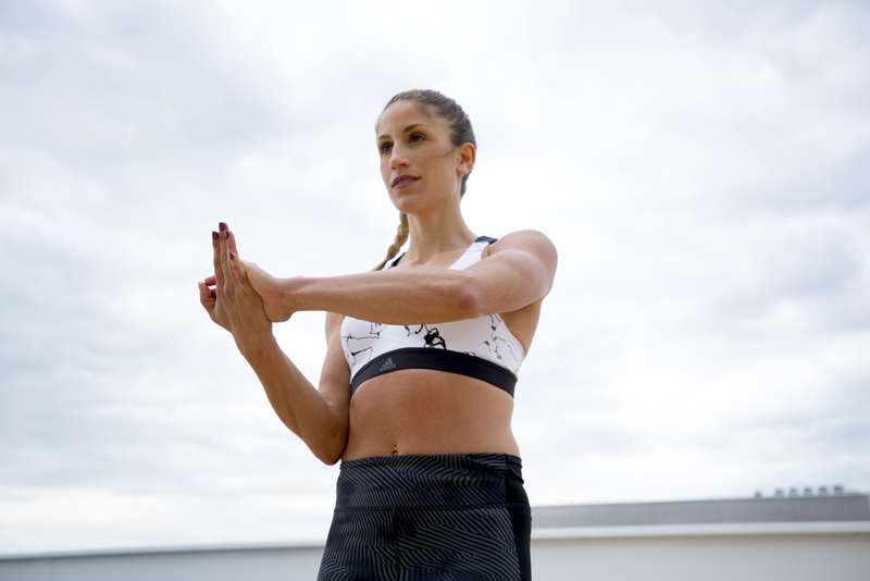 Mujer haciendo curl de bíceps de un brazo con resistencia