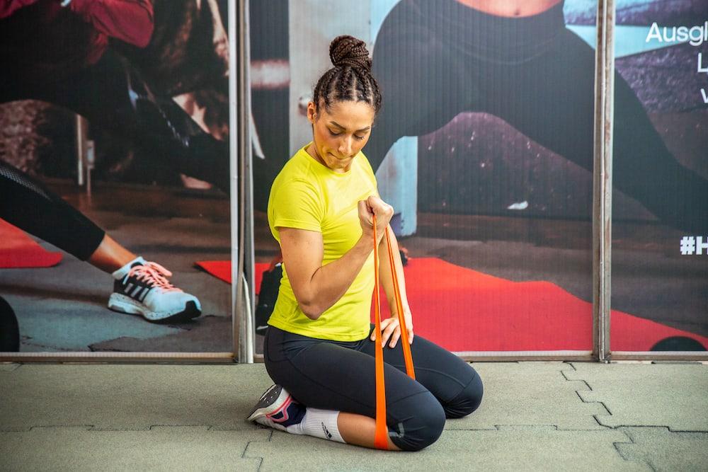 une femme travaille la flexion du biceps