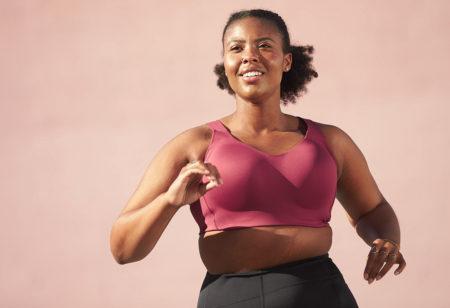 une femme avec un soutien-gorge de sport