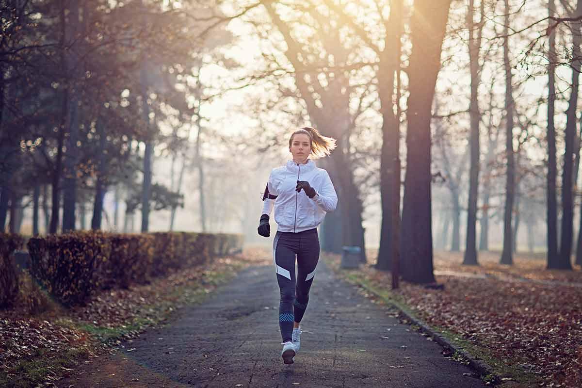 Mulher correndo no frio