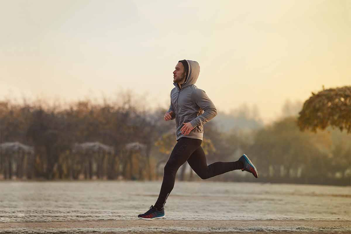 Homem correndo no inverno