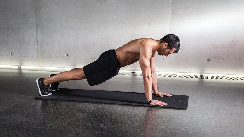 atleta mentre fa l'esercizio high plank
