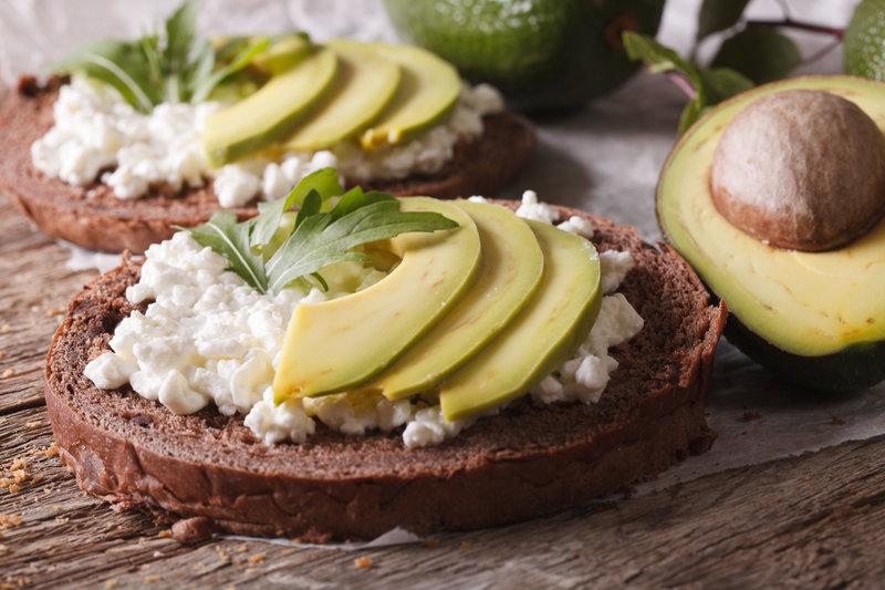 Gesunder Snack zum Abnehmen für den Heißhunger am Abend: Avocado-Brot mit Hüttenkäse