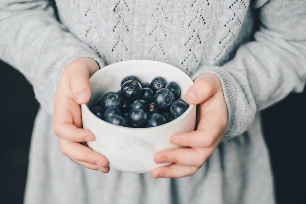 Gesunder Snack zum Abnehmen für den Heißhunger am Abend: Griechischer Joghurt mit Heidelbeeren