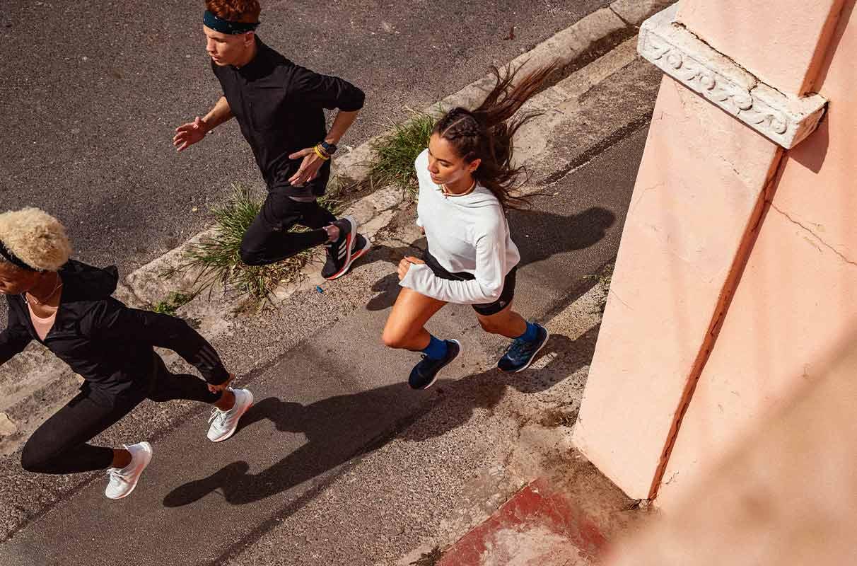Grupo de runners corriendo por la calle