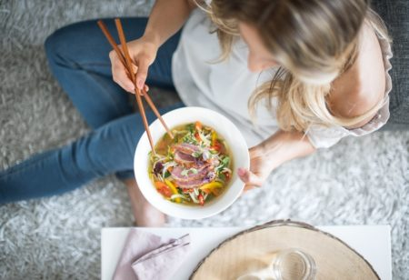 Frau isst Suppe