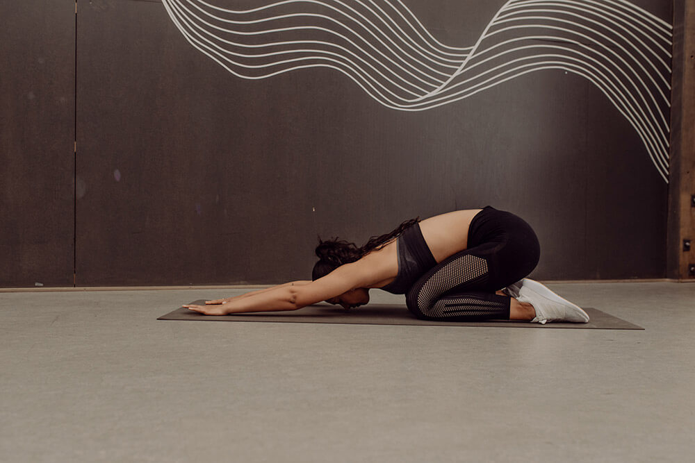 Donna fa una posizione di yoga